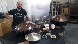 Elie, chef d'atelier Metal Sounds avec les produits Flexovit
