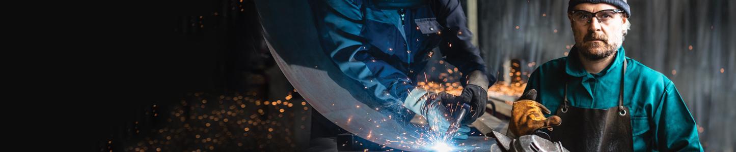 opérateur utilisant des abrasifs en milieu industriel